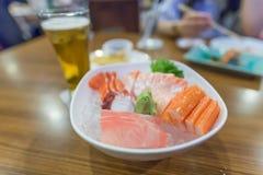 Sashimi en un restaurante, comida japonesa, en una tabla de madera Imagen de archivo
