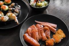 Sashimi et sushi sur le plat Images stock