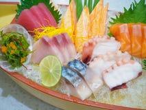 Sashimi giapponese messo sul piatto della barca Fotografia Stock