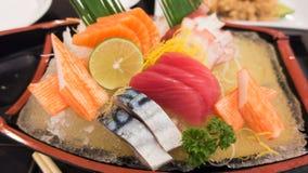 Sashimi giapponese messo sul piatto della barca Immagini Stock