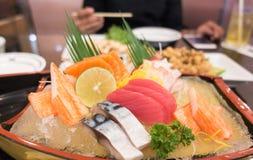 Sashimi giapponese messo sul piatto della barca Immagine Stock Libera da Diritti