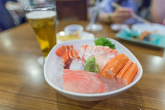 Sashimi i en restaurang, japansk mat, på en trätabell Fotografering för Bildbyråer