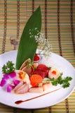 Sashimi incluyendo los salmones frescos, atún, whitetail Imágenes de archivo libres de regalías