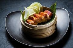 Sashimi japonés del atún, fondo oscuro, visión superior fotos de archivo
