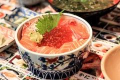 Sashimi Lachs mit Lachsrogen auf die Oberseite lizenzfreie stockfotografie