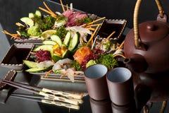 Sashimi mezclado, pescado sin procesar con alga marina imágenes de archivo libres de regalías