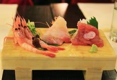 Sashimi mischte auf dem hölzernen Teller, japanisches Lebensmittel, Japan Stockfotos