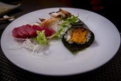 Sashimi misto e sushi al ristorante giapponese Fotografia Stock Libera da Diritti
