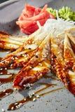 Sashimi mit Aal, Gemüse und Soße Stockfoto