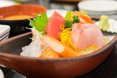 Sashimi réglé dans le restaurant japonais Photographie stock libre de droits