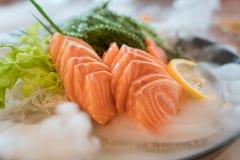 Sashimi salmon cru da fatia ou dos salmões no saque fresco do estilo japonês imagens de stock royalty free