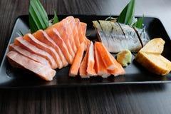 Sashimi Salmon, saba conservado, do caranguejo de Surimi vara, Tamagoyaki e wasabi Fotos de Stock Royalty Free