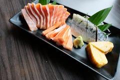 Sashimi Salmon, saba conservado, do caranguejo de Surimi vara, Tamagoyaki e wasabi Fotografia de Stock Royalty Free