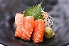 Sashimi saumoné avec le wasabi, nourriture traditionnelle japonaise Photo libre de droits
