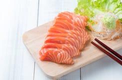 Sashimi saumoné sur le bloc en bois Photo libre de droits