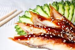 Sashimi-Sushi mit Aal und Gurke Stockfotografie