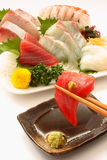 Sashimi van de tonijn, overzeese bream〠yellowtail , de pijlinktvis en de garnalen Stock Fotografie