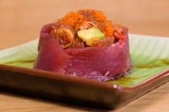 Sashimien f?r Bluefintonfisk med kaviaren och avokadot tj?nade som p? en fyrkantig platta med soya arkivbild