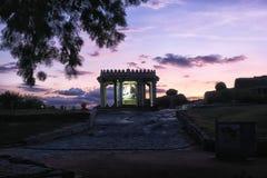 Sasivekalu Ganesha寺庙在晚上,亨比,印度 免版税库存照片