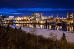 Saskatoon céntrica en la noche Foto de archivo libre de regalías