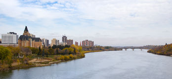 Saskatoon cityscape vid den södra Saskatchewan floden Fotografering för Bildbyråer