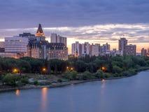 Saskatoon linia horyzontu przy nocą Obrazy Stock