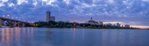 Saskatoon-Skyline nachts lizenzfreie stockfotos