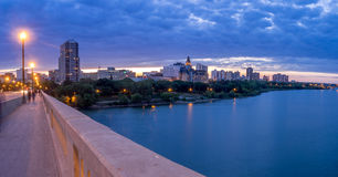 Saskatoon-Skyline nachts stockfotos
