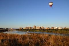 Saskatoon stad och södra Saskachewan flodsikt från Paririe Arkivfoto