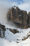 Sass Pordoi in der Sella-Gruppe mit Schnee in den italienischen Dolomit, vom Durchlauf Pordoi Lizenzfreie Stockfotos