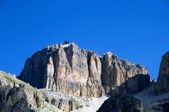 Sass Pordoi-Gebirgsgebirgsmassiv mit der Drahtseilbahn, die auf die Oberseite mit Hintergrund des blauen Himmels, Dolomit, Italie lizenzfreies stockfoto