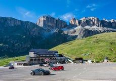 SASS PORDOI, ITALIEN, Juni 11, 2017: parkering av avvikelsen för kabelbilen som når toppmötet av sasspordoien, kabelbilen, förbin Arkivbild