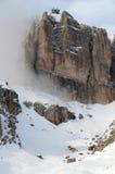 Sass Pordoi nel gruppo di Sella con neve nelle dolomia italiane, dal passaggio Pordoi Fotografia Stock Libera da Diritti