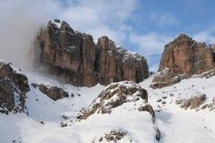 Sass Pordoi nel gruppo di Sella con neve nelle dolomia italiane, dal passaggio Pordoi Fotografie Stock Libere da Diritti