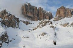 Sass Pordoi nel gruppo di Sella con neve nelle dolomia italiane, dal passaggio Pordoi Immagini Stock Libere da Diritti