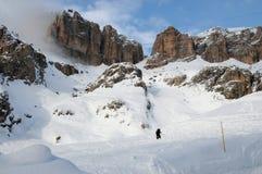 Sass Pordoi nel gruppo di Sella con neve nelle dolomia italiane, dal passaggio Pordoi Immagini Stock
