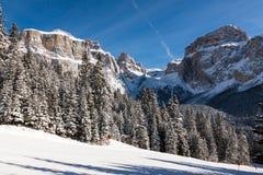 Sass Pordoi & x28; nel Sella Group& x29; con neve nelle dolomia italiane Immagini Stock Libere da Diritti