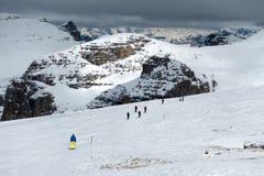 SASS PORDOI, TRENTINO/ITALY - 26. MÄRZ: Leute, die vom Sass Ski fahren Stockbilder