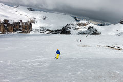 SASS PORDOI, TRENTINO/ITALY - 26. MÄRZ: Leute, die vom Sass Ski fahren Lizenzfreie Stockfotos