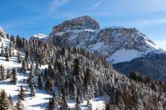 Sass Pordoi u. x28; im Sella Group& x29; mit Schnee in den italienischen Dolomit Lizenzfreies Stockbild