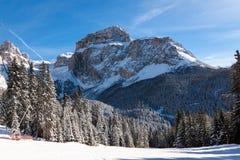 Sass Pordoi u. x28; im Sella Group& x29; mit Schnee in den italienischen Dolomit Stockfotos