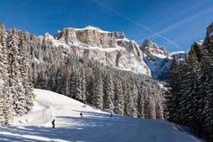 Sass Pordoi u. x28; im Sella Group& x29; mit Schnee in den italienischen Dolomit Stockfotografie
