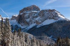 Sass Pordoi u. x28; im Sella Group& x29; mit Schnee in den italienischen Dolomit Stockbild