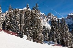 Sass Pordoi u. x28; im Sella Group& x29; mit Schnee in den italienischen Dolomit Lizenzfreies Stockfoto