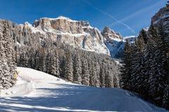 Sass Pordoi u. x28; im Sella Group& x29; mit Schnee in den italienischen Dolomit Stockbilder