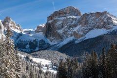 Sass Pordoi & x28; in Sella Group& x29; met sneeuw in het Italiaanse Dolomiet Stock Foto's
