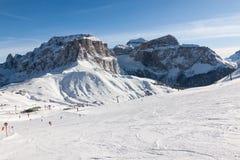 Sass Pordoi & x28; w Sella Group& x29; z śniegiem w Włoskich dolomitach od narciarskiego terenu Col Rodella Fotografia Stock