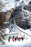 Sasso della Croce - Ospizio Santa Croce - Chiesa Santa Croce under den Sasso dellaCroce gruppen i de italienska dolomitesna, Tren Royaltyfri Fotografi