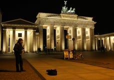 Sassofonista alla porta di Brandeburgo alla notte immagini stock