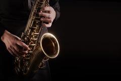 Sassofonista del giocatore di sassofono che gioca musica di jazz Fotografia Stock